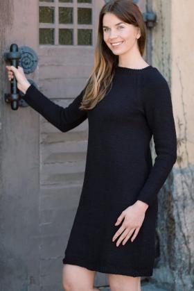 Маленькое черное платье с рукавом реглан