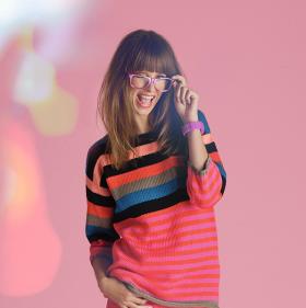 Яркий полосатый свитер со спущенной проймой