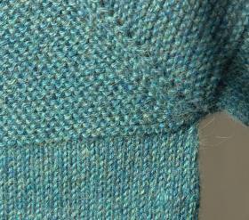 Кардиган спицами платочным вязанием для малыша - Фото 1