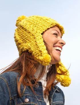 Желтая шапка с рельефным узором