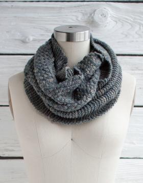 Шарф-хомут платочным и узором плетенка