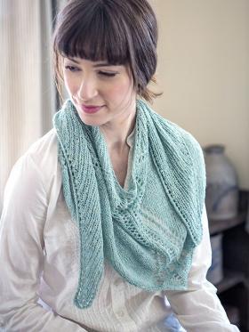 Ажурный шарф спицами с V-образным вырезом