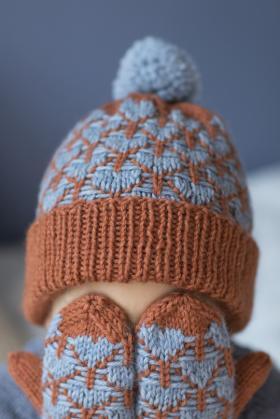 Детская шапка с сердечками