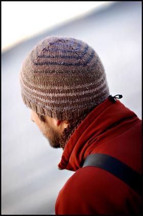 Вязаная шапка с полосами