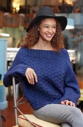 Укороченный свитер реглан с узором из жгутов