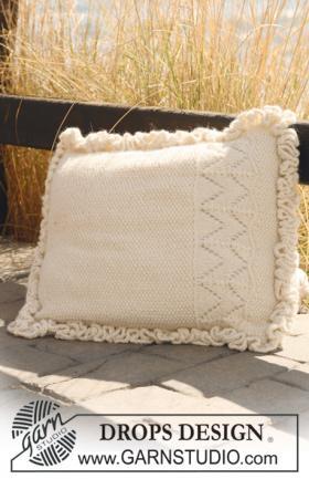 Подушка с рюшами спицами жемчужным узором