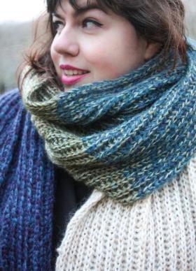 Цветной шарф резинкой бриошь