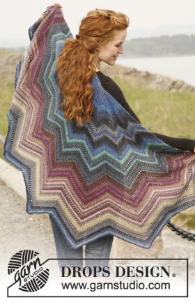 Разноцветная шаль спицами с мелким ажуром