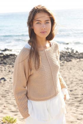 Пуловер поперек с узором из снятых петель