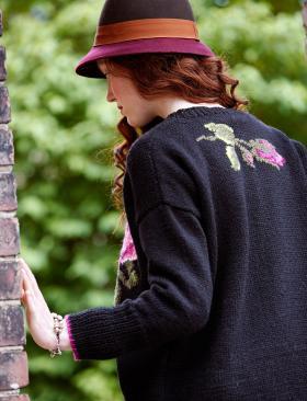 Свитер спицами с розой - Фото 1