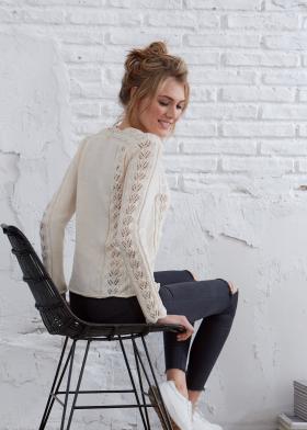 Пуловер с дорожками из ажурных листьев