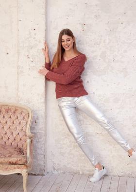 Пуловер с узором резинка и спущенной проймой