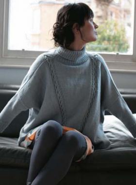 Широкий пуловер со жгутами и высоким воротником