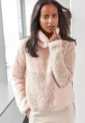 Меховой пуловер с высоким воротником