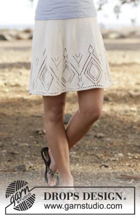 Короткая женская юбка спицами с ажурными ромбами