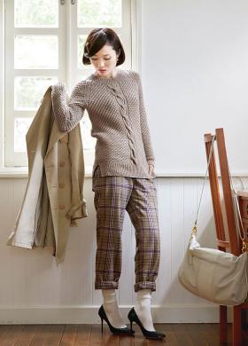 Пуловер реглан спицами рельефным узором