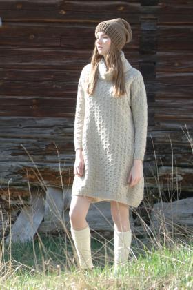 Свободное платье с объемным воротником