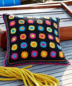 Подушка крючком из квадратных цветных мотивов
