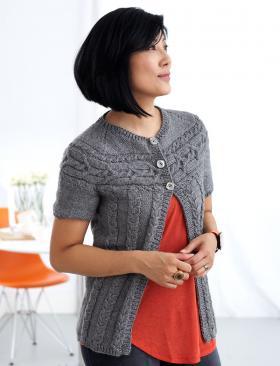 Женская кофта с круглой кокеткой спицами и коротким рукавом