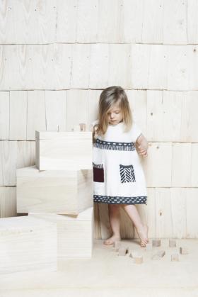 Белое платье с отделкой для девочки
