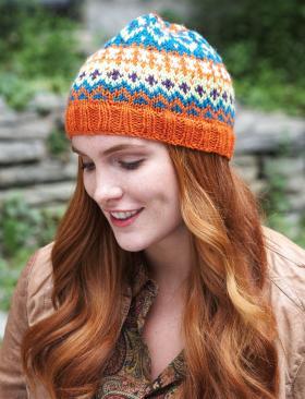 Цветная шапка спицами женская