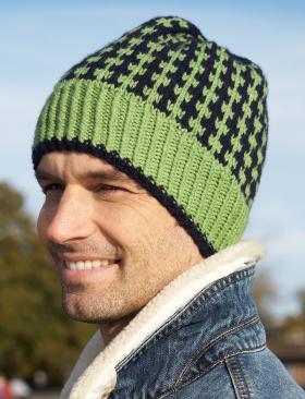 Цветная мужская шапка спицами