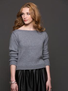 Классический пуловер спицами с вырезом лодочка