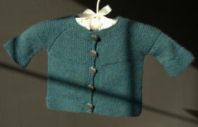 Кардиган спицами платочным вязанием для малыша