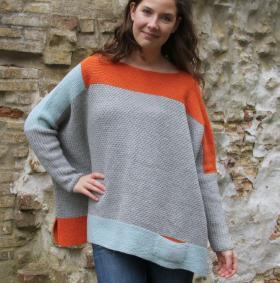 Широкий свитер спицами платочным вязанием