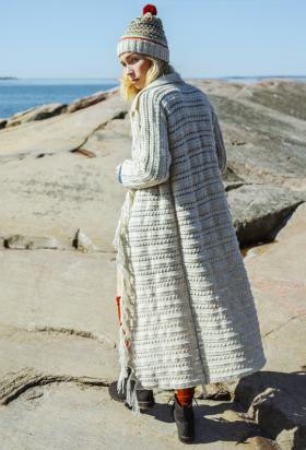 Длинное пальто с ажурно-рельефным узором и бахромой
