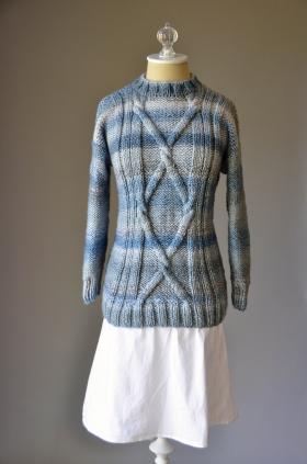 Пуловер голубые струны