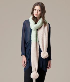 Двухцветный шарф с большими помпонами