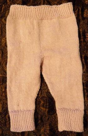 Штанишки (размер 1/3 месяца) связаны по данному описанию http://knitweek.ru/modeli/uyutnye-shtany-dlya-malysha.html  Использовалась пряжа Alize Baby wool (40% шерсть, 20% бамбук, 40% акрил; 175м/50гр).