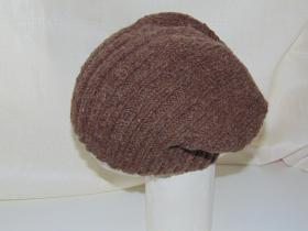 шапка моднявая связана из толстой овечьей пряжи