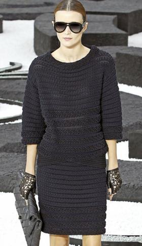 Классный вязаный комплект, прямая юбка и пуловер с рукавом 3/4.