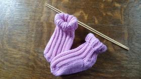 Носочки для малыша (описание с другого источника).  Использовалась пряжа YarnArt Jeans (55% хлопок, 45% акрил, 160м/50гр).