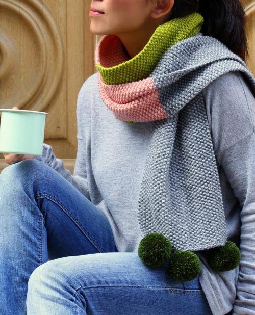 Простой разноцветный шарф жемчужным узором связанный спицами